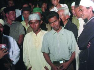 Juhra kakak kandung Nana Ikhwan Maulana di tengah-tengah simpatisan