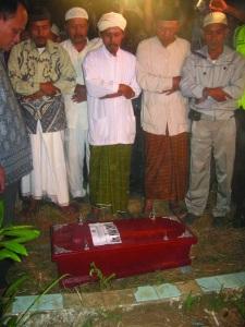 Setibanya di TPU dan sebelum dikebumikan, peti jenazah Nana Ikhwan Maulana disholatkan simpatisannya