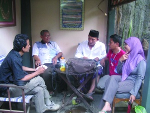 Ustad Fathoni dan Aceng Saprudin di Posko Biro Masalah.